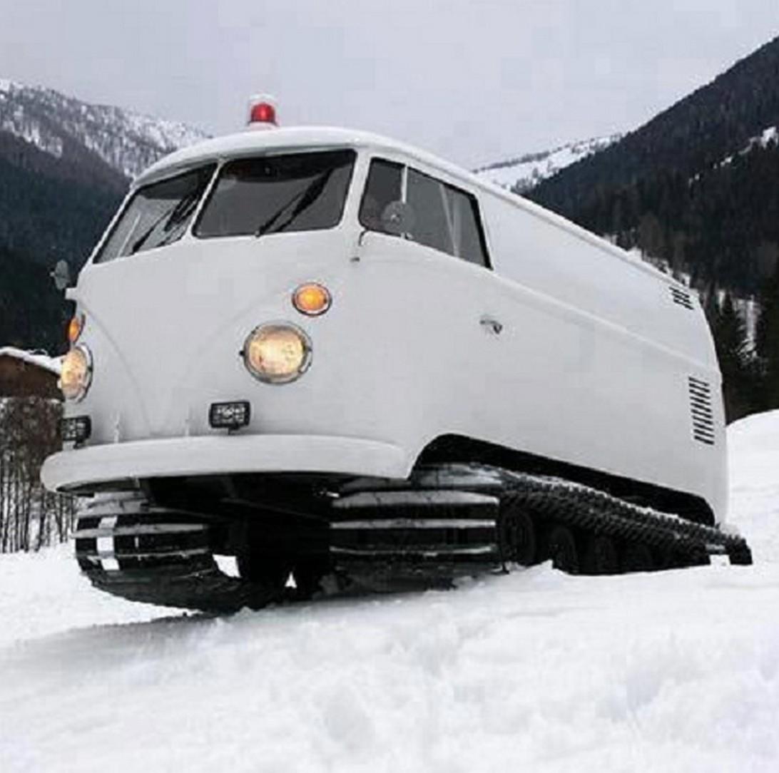 un combi vw  u00e9quip u00e9 pour la neige