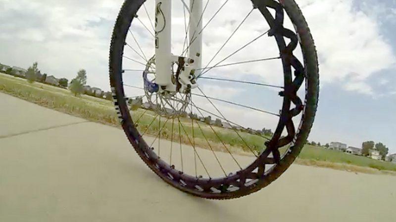 Fini les crevaisons avec cette roue de v lo sans chambre for Chambre a air vtt increvable