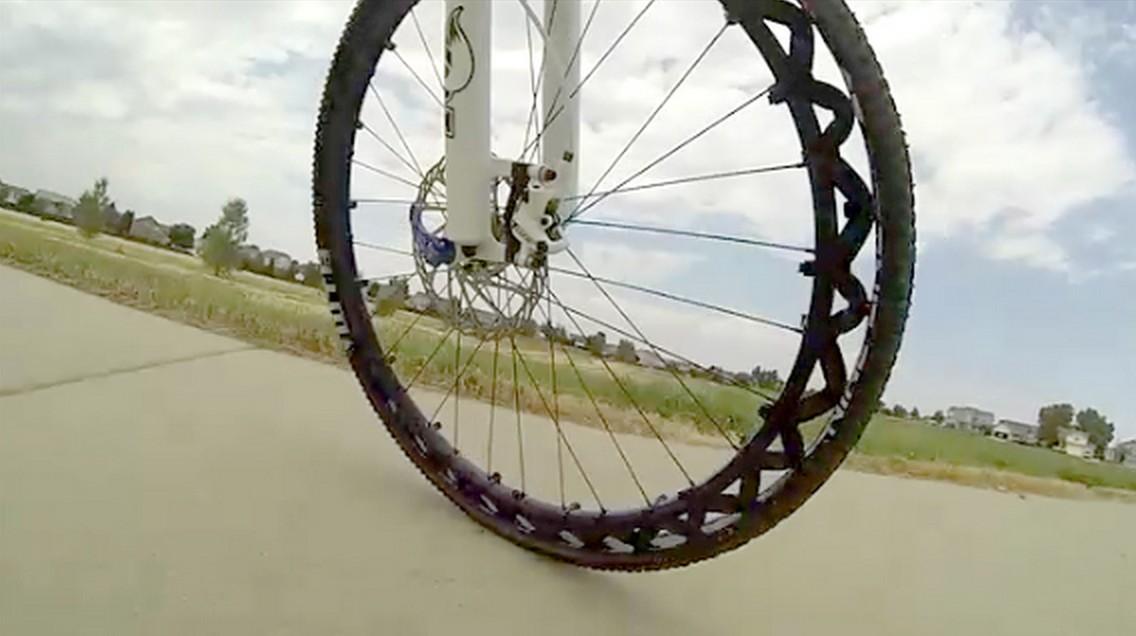 Fini les crevaisons avec cette roue de v lo sans chambre for Pneu sans chambre a air
