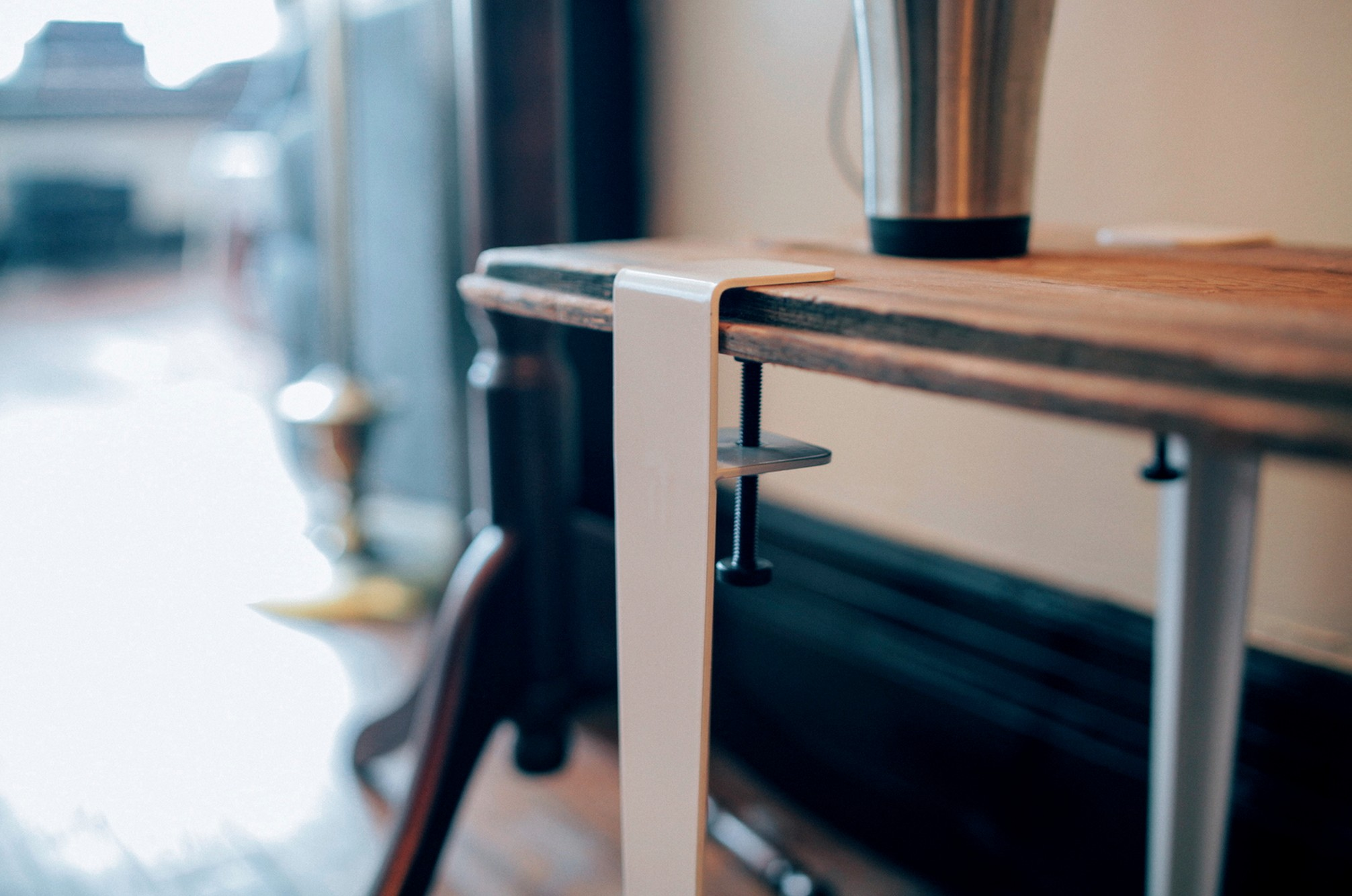 Pensé pour les appartements, les éléments MD proposent modularité et fonctionnalité. De bas en haut, cette configuration est composée d'une base logeant un tiroir, d'un rangement placard rayonné et d'une vitrine également rayonnée.